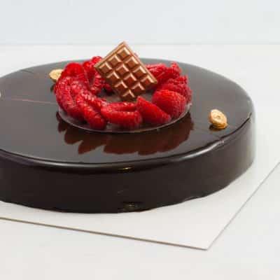 Noir ébène : l'alliance du chocolat noir 70% et de la framboise sur un biscuit aux noisettes.