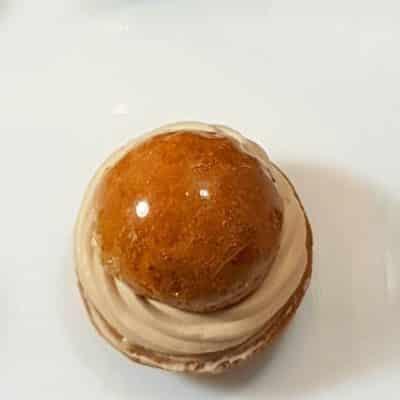HONORÉ CARAMEL : pâte sablé et chou caramélisé garnis d'une chantilly au caramel beurre salé.