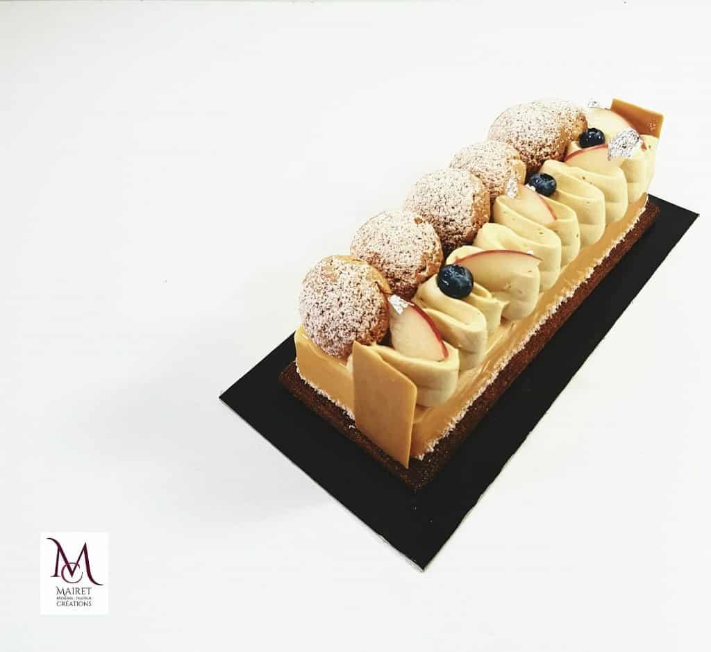 DULCEY ABRICOT : shortbread croustillant à la fleur de sel, une onctueuse mousse au chocolat Dulcey (Valrhona), et un chou craquelé garnis d'un confit d'abricot