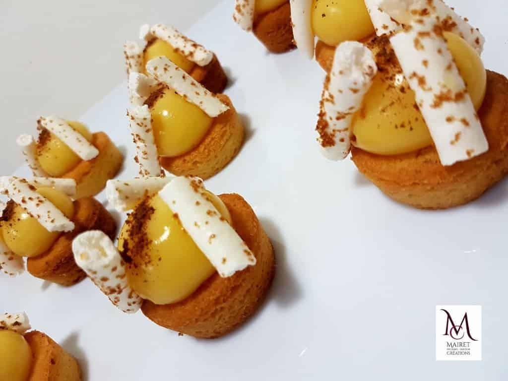 BILLE CITRON MERINGUÉE : sablé breton à la fleur de sel, un crémeux citron et meringue fondante.