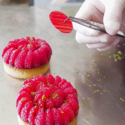 Tartelette framboises : tartelette aux framboises fraîches et zeste de citron verts. Crédit photos : Solène Makara.