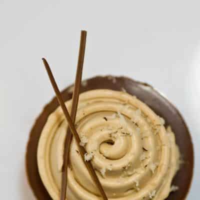 TOUPIE CARAMEL : shortbread fleur de sel, demi sphère de passion, glaçage gourmand aux amandes et chantilly de caramel.